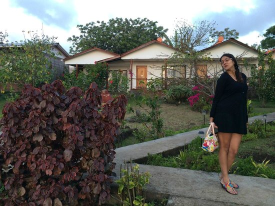 Mana Nui Inn: IN front of hotel rooms are in separate cabins