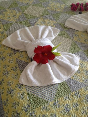 Mana Nui Inn: Hotel bed, with fresh towels and flowers every day !