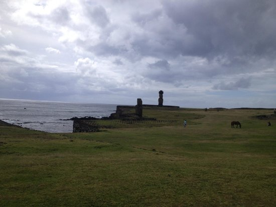 Mana Nui Inn: View from hotel front area-Moai-famous stone statues