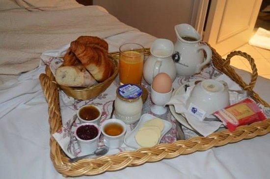 Hotel Caron de Beaumarchais : Breakfast in Bed (Ptit dej au lit) chez Caron de Beaumarchais