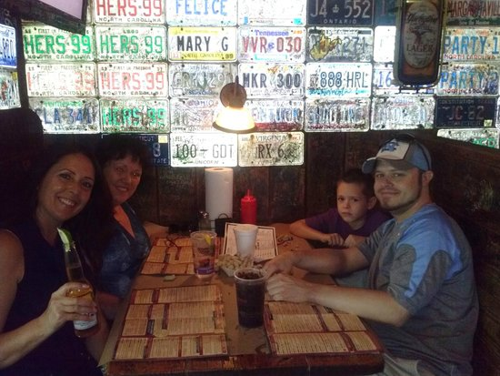 Family fun at River City Cafe (throw your peanut shells on the floor)
