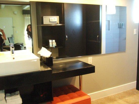 Hotel Current: Spacious contemporary bathroom