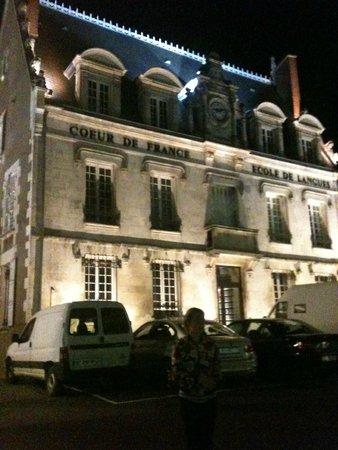 Coeur de France Ecole de Langues: The school at night