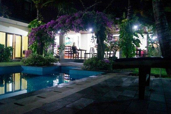 Terrace Bali Inn: Ресепшен после заката