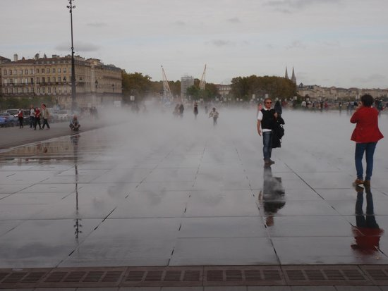 Au loin l 39 hermione picture of the water mirror bordeaux for Miroir d eau
