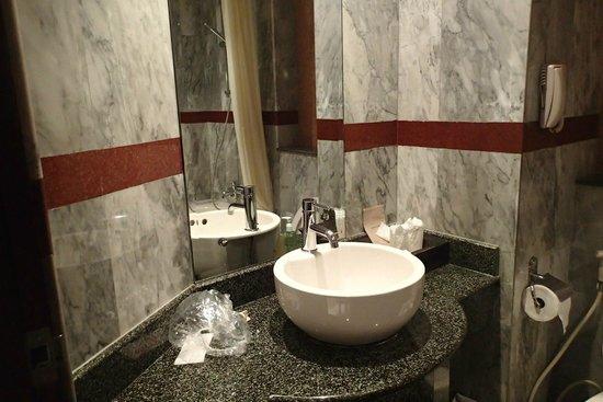 Nipa Resort: Clean bathroom