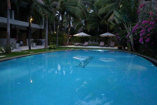 Sunsea Resort: Бассейн и кусочек центрального корпуса.