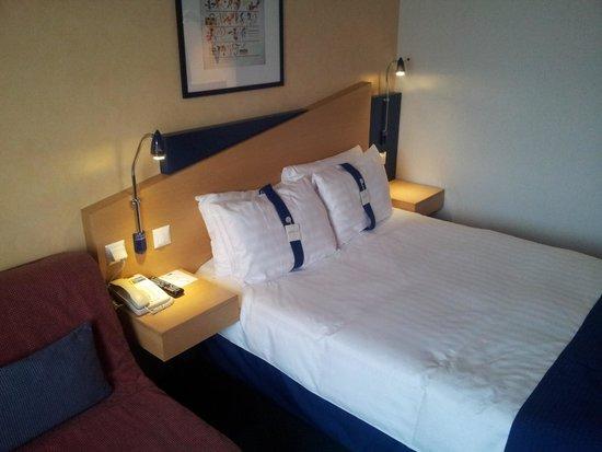 Holiday Inn Express Geneva Airport: Bed