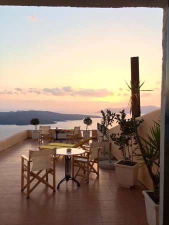 Porto Carra Hotel: My beautiful balcony at sunset time. The view looking out of my room