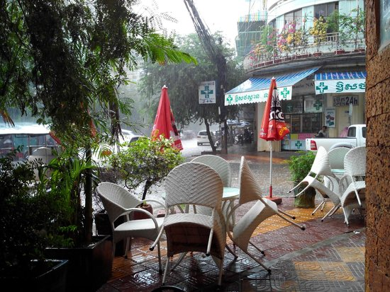 City Centre Hotel: View from entrance during a downpour