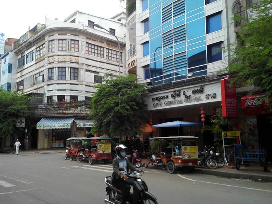 City Centre Hotel: Street view of hotel