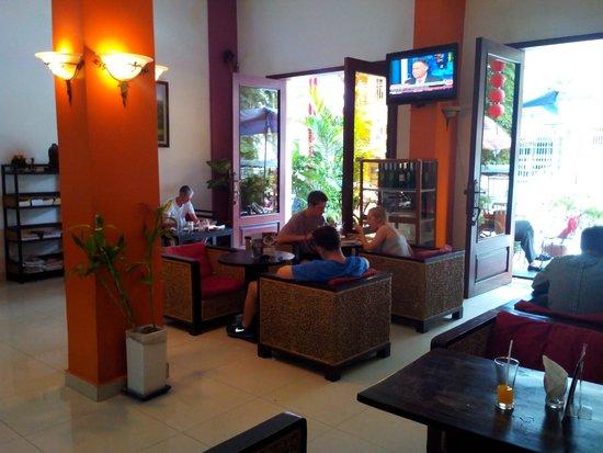 City Centre Hotel: Lobby and breakfast area