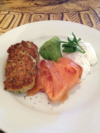 Blue Mist Cafe: Corncakes, smoked salmon, poached eggs