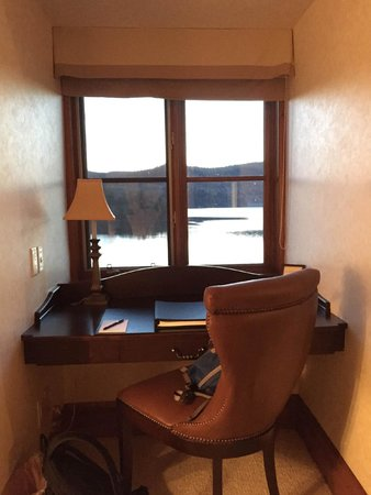 Hotel Quintessence : 湖を眺めながら仕事もできます