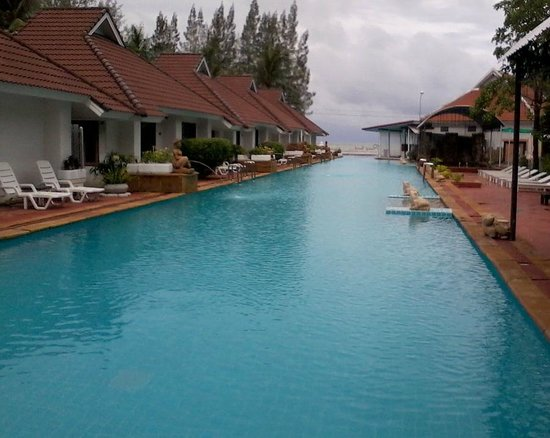 The Privacy Beach Resort & Spa: Bach Villas to lleft looking from back of pool towards sea