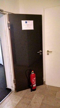 TRYP by Wyndham Frankfurt: Brandschutztür wird mit Feuerlöscher blockiert