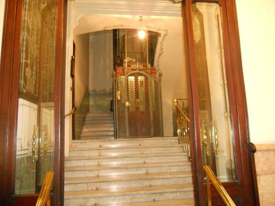 BarcelonaBB: Entry way - outside looking in