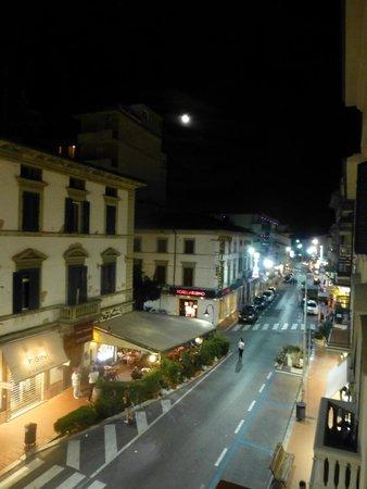 Hotel Massimo D'Azeglio: Main street nighttime