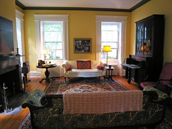 Delano Homestead Bed and Breakfast: Front Parlor