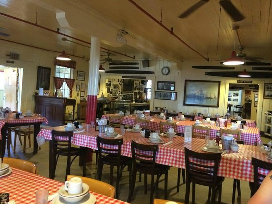 Samoa Cookhouse: Not many around for a mid-week lunch