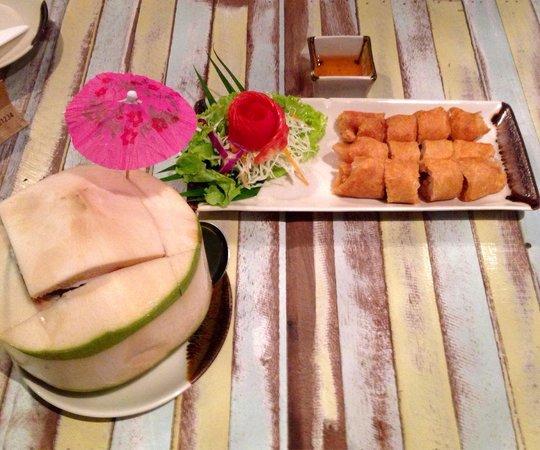 Jatujak Gallery & Restaurant: Frühlingsrollen und frischer Kokosnusssaft. Toll dekoriert wie alles, was wir serviert bekommen