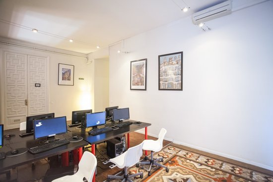 360 Hostel Barcelona: Zona de ordenadores