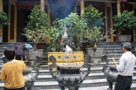 Ambassador's Pagoda (Chua Quan Su) : Inciensario