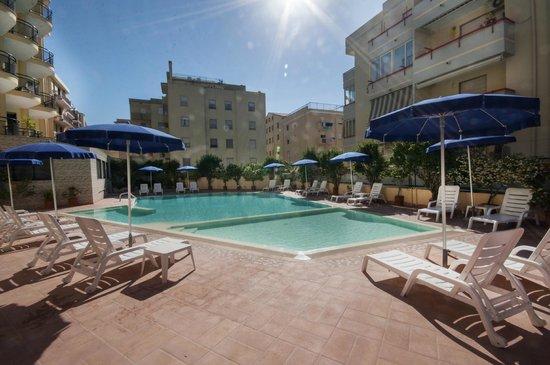 Rina Hotel: Piscina