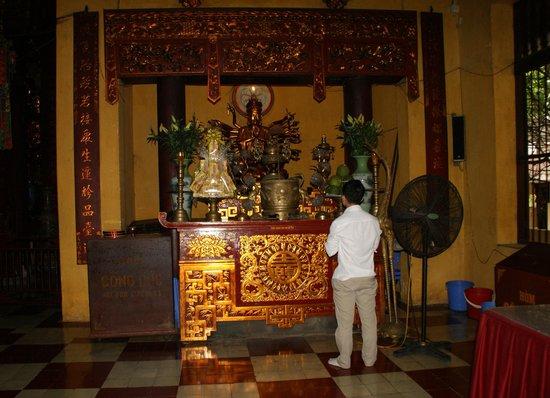Ambassador's Pagoda (Chua Quan Su) : Orando