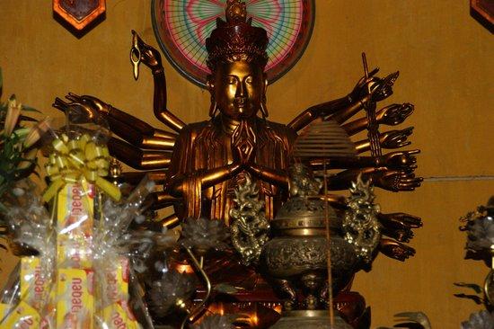 Ambassador's Pagoda (Chua Quan Su) : Dios/a