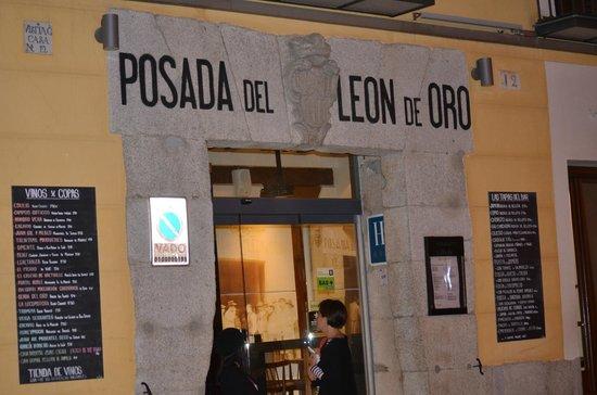 Posada del Leon de Oro: Hotel Entrance, Calle Cava Baja