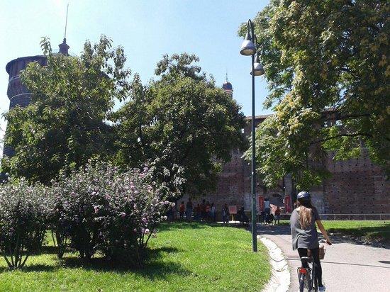 Bike & the City : My sister biking behing Castello Sforzesco