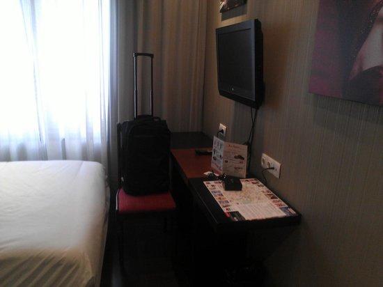 Hotel Avenida Gran Via : espacio minimo