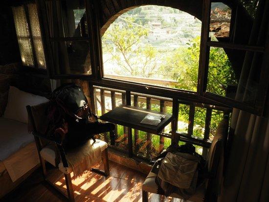 Hotel Nasho Vruho: has a small table too