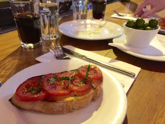Il Baretto: Lovely starters. Perfectly balanced, simple bruschetta and green whole olives.