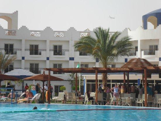Golden 5 Topaz Suites Hotel : у бассейна