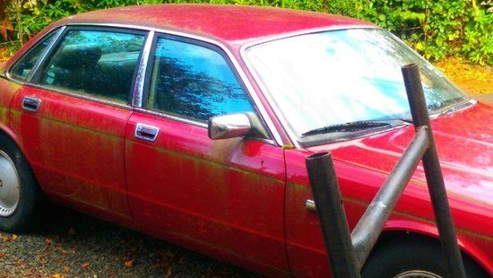 Beechfield Guesthouse: Abandoned car