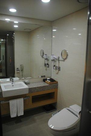 Stanford Hotel Seoul: Bathroom