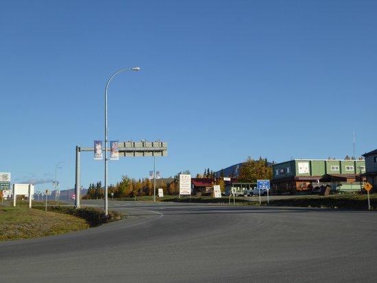 Die Kreuzung Alaska Hwy/Haines Hwy vor dem Alcan Motor Inn