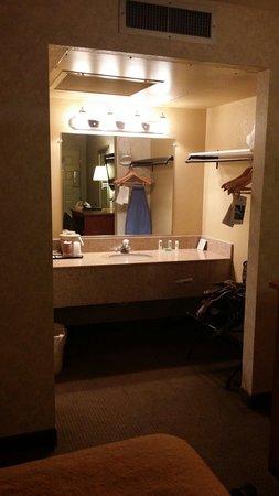 Salle de bain ouverte sur la chambre - Picture of Quality Inn ...