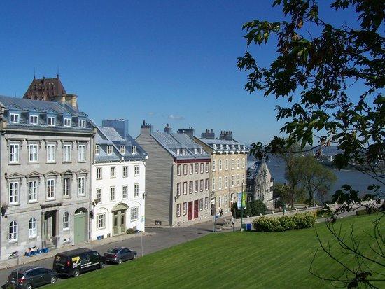 La terrasse situ e sur l 39 avenue saint denis photo de terrasse pierre dugua de mons qu bec - Piscine pierre de coubertin saint denis ...