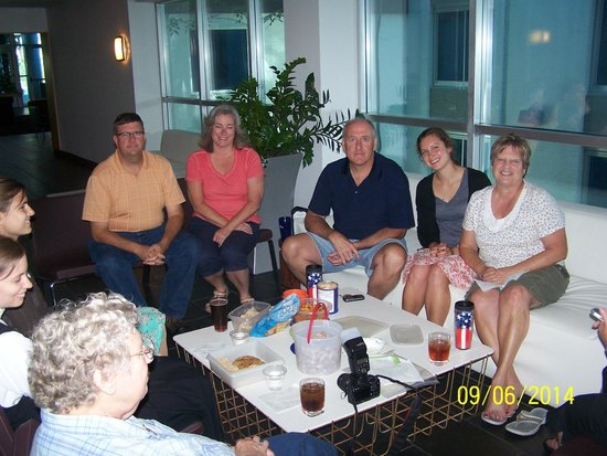 Crowne Plaza Hotel Minneapolis - Airport West Bloomington: Snacks with Family at Hotel