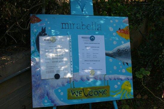 Mirabella Apartments: het welkomstbord halverwege de ingang