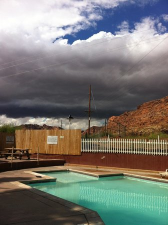 Slickrock Campground : Awaiting an approaching storm by the pool