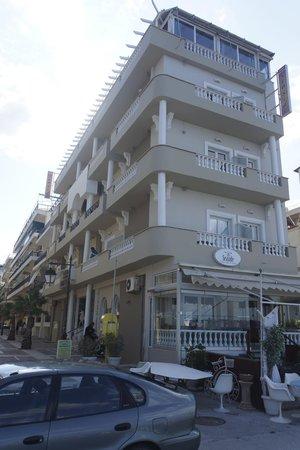 Mantas Seaside Hotel: Hotellet sett från stranden