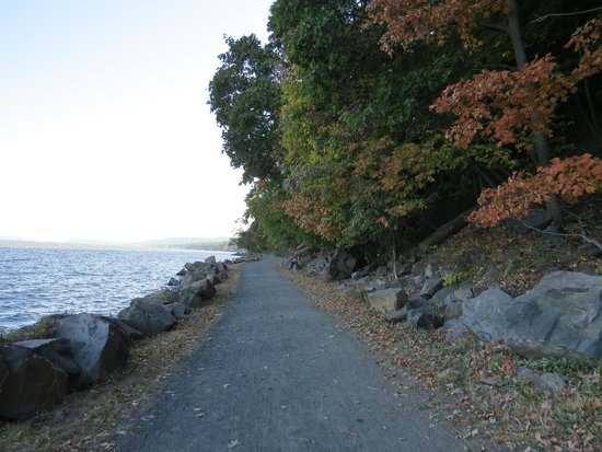 Nyack, NY: Path facing toward the Tappan Zee Bridge