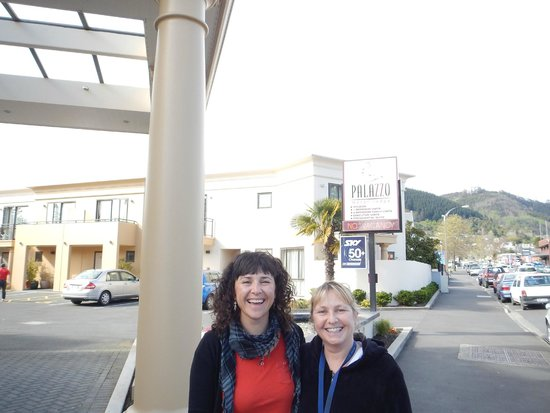 Palazzo Motor Lodge: En la puerta del hotel, con Kiara, propietaria.