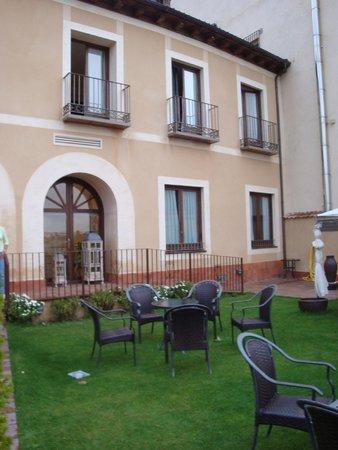 Hotel Don Felipe: terraza y vista de atras del hotel