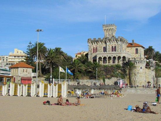 Vila Galé Estoril : Вид на отель Vila Gale Estoril с пляжа Тамариж