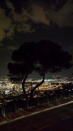 Dan Carmel Haifa: A night view from the promenade behind Dan Carmel Hotel